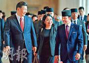 訪問文萊的國家主席習近平(左)19日在斯里巴加灣同文萊蘇丹哈桑納爾(右)舉行會談。(法新社)