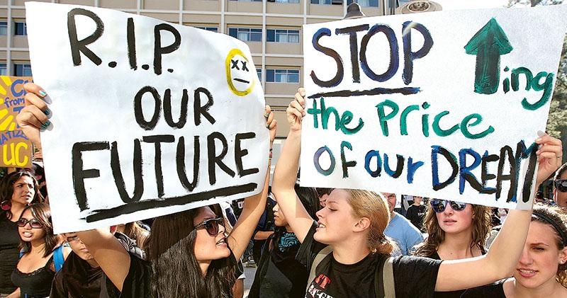 英國學生2016年曾大規模抗議大學學費高昂。(網上資料圖片)