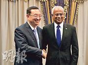 中國文化和旅遊部部長雒樹剛(左)以國家主席習近平特使身分,周日恭賀薩利赫(右)就任馬爾代夫新總統。(新華社)