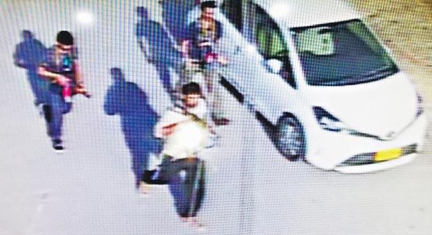 網上流傳片段顯示3名武裝分子手持武器襲擊中國駐卡拉奇總領事館。(網上圖片)