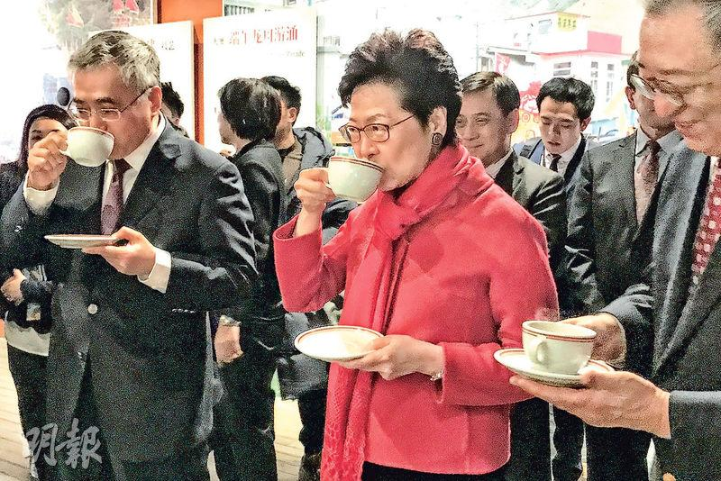 特首林鄭月娥(中)赴京述職,昨日先出席在北京舉辦的「口傳心授:香港特別行政區非物質文化遺產」展示月開幕儀式,並品嘗港式奶茶。