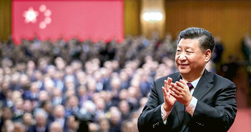 慶祝改革開放40周年大會昨日在北京人民大會堂舉行,圖為國家主席習近平鼓掌,祝賀受表彰的改革先鋒人士。(新華社)