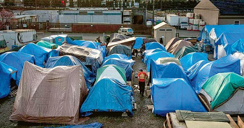 西雅圖樓價高企,基層市民難以負擔。當地有民眾在一個當局批准的地段搭建帳篷生活。(網上圖片)
