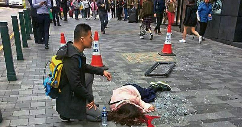 尖沙嘴美麗華酒店昨日有鋁窗自16樓墜下,擊中一名24歲內地女遊客頭部,她浴血倒地,其受輕傷男友蹲在一旁,等候救援人員到場。事後玻璃碎片散落一地。(讀者提供)