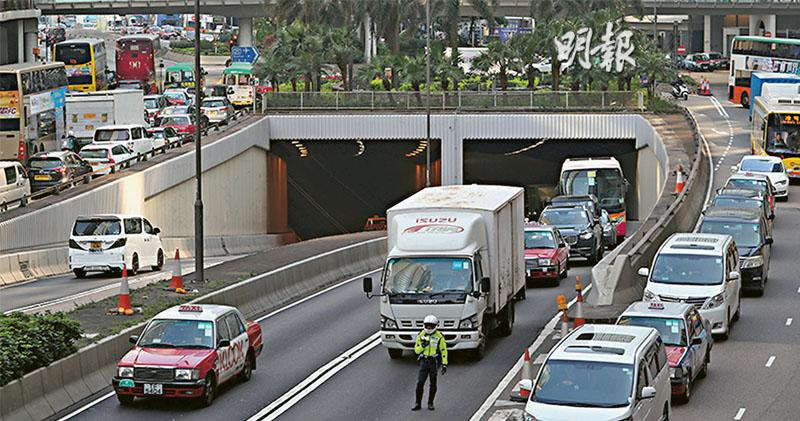 首工作天 繞道日塞夜塞波及西隧 中環出口現「交叉切線」樽頸 運署稱交通如常