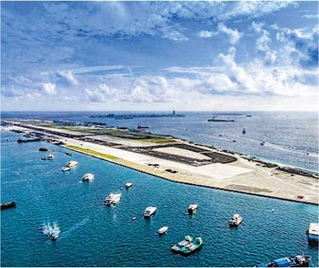 中國近年在馬爾代夫大舉投資,圖為中國企業承建的馬爾代夫維拉納國際機場新跑道,已於去年9月18日揭幕。(新華社)