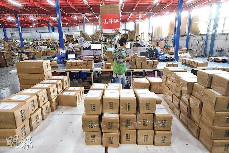 潤信物流的貨倉內貨物擺放井然有序,公司會聘請居於天水圍的工人做分拆及包裝等工作。記者到訪時接近農曆新年,並非旺季,所聘工人較少,惟東主楊兆麟說,去年「雙十一」高峰時聘用約480人,整個貨倉都擠滿人和貨。(楊柏賢攝)