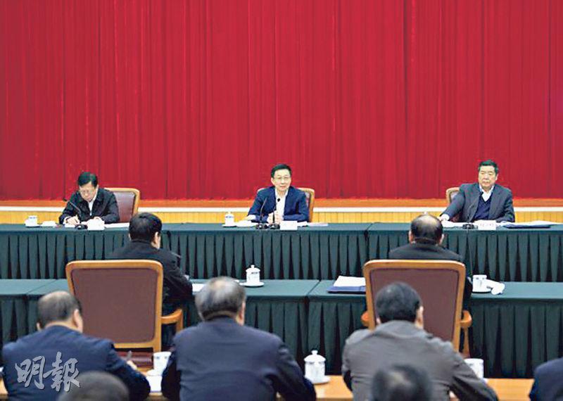 國務院副總理韓正(中)周二(12日)到國家發展改革委調研並主持召開座談會。(新華社)