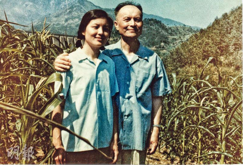 李éŠ3æ–¼1978å1′在安徽省與å¥3兒李南央合影ã�'