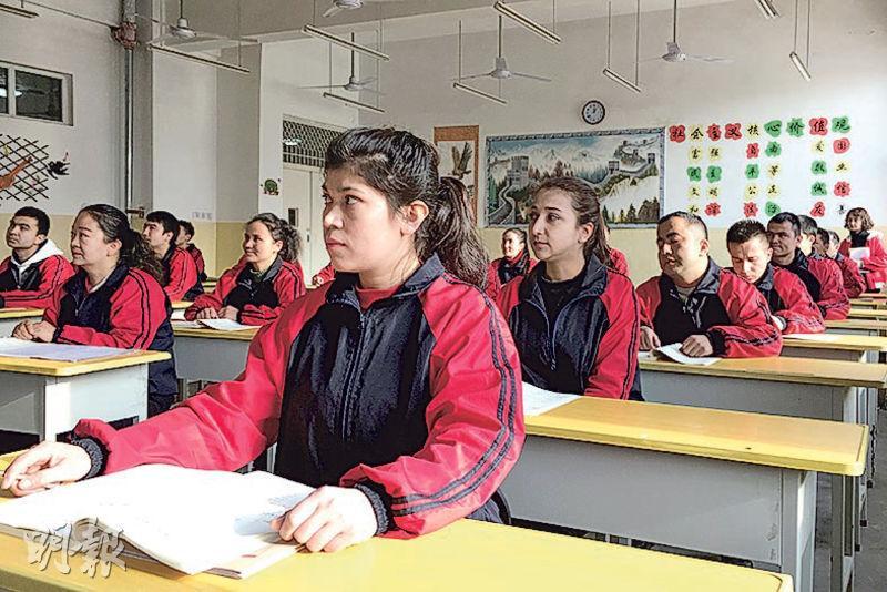 圖為上月一個訪疆團參觀期間,新疆喀什的少數民族居民在「職業技能教育培訓中心」學習漢語。(路透社)