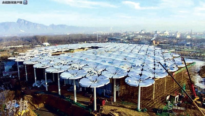 北京世園會將在4月底開幕,各場館都在加緊佈置。圖為施工中的國際館。(網上圖片)