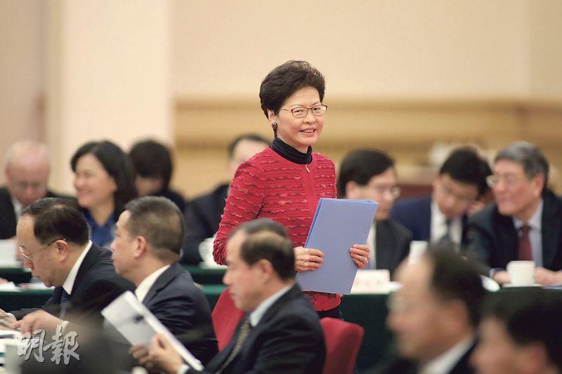 特首林鄭月娥(中)昨在北京出席粵港澳大灣區建設領導小組第二次全體會議,她在會後稱會上通過8項「有利推進大灣區建設」的措施,包括在評定個人所得稅時,港人若在內地境內停留不足24小時,當天不會計入境內居住天數;亦會為在內地工作的香港「高端人士」提供「所得稅負差額補貼」。(鄭海龍攝)