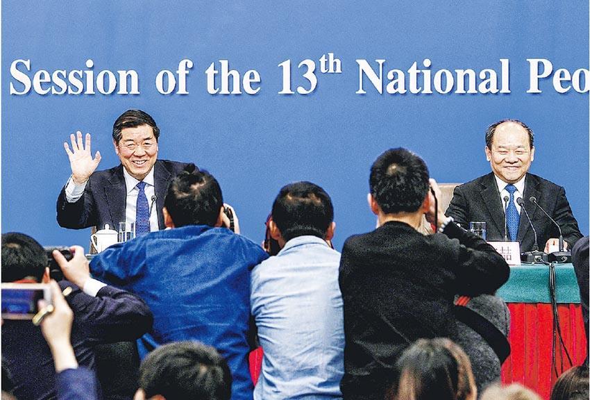 國家發改委主任何立峰(左),副主任寧吉喆(右)、連維良昨在全國人大會議新聞中心舉行記者會,就「大力推動經濟高質量發展」議題回答記者提問。(新華社)