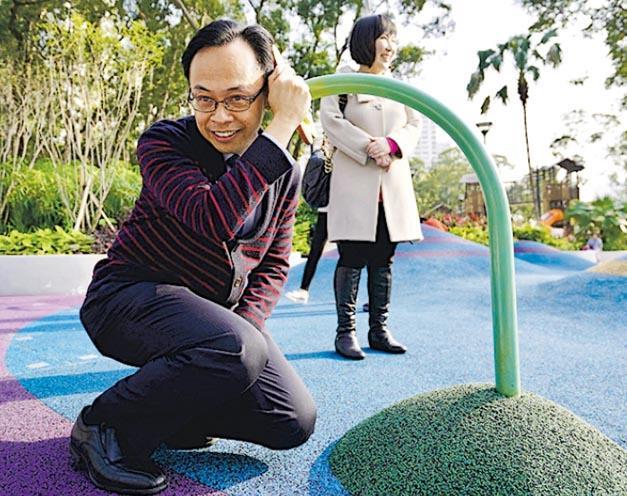 政制及內地事務局長聶德權參觀屯門公園共融遊樂場時,顯得童心未泯,並試玩設施。(聶德權facebook圖片)