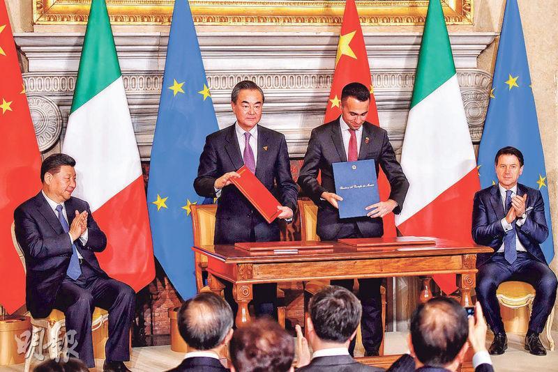 國家主席習近平(左一)與意大利總理孔特(右一),昨日在羅馬見證兩國代表、外長王毅(左二)與意國副總理迪馬約(右二)簽署「一帶一路」合作諒解備忘錄。(法新社)