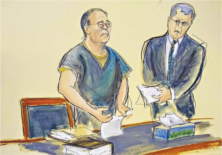 7項洗黑錢等罪名成立的民政事務局前局長何志平(左),在美法院判刑前求情自述,一度落淚,法庭職員為他遞上紙巾。(庭內素描:Elizabeth WIlliams)