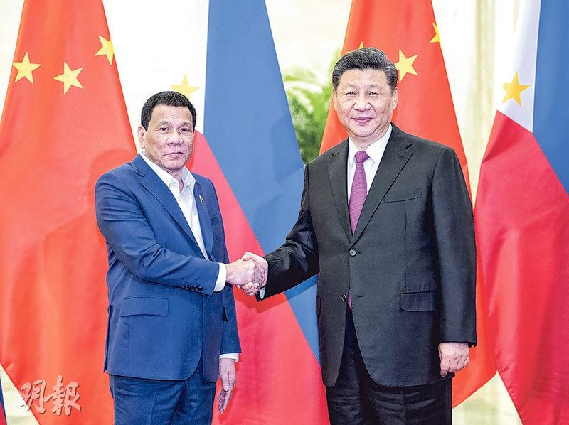 習近平(右)昨會見菲律賓總統杜特爾特(左)時表示,中方願與菲方深化發展戰略對接,又希望雙方保持南海和平穩定,加強海上合作。(新華社)