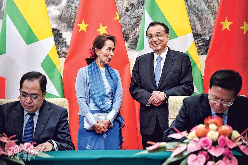 國務院總理李克強(後右)昨會見緬甸國務資政昂山素姬(後左),並共同見證了中緬多項雙邊合作文件的簽署。(法新社)