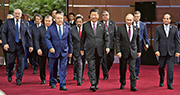 第二屆一帶一路高峰論壇昨在北京國際會議中心開幕,國家主席習近平(中)和參加活動的俄羅斯總統普京(前右二)、埃及總統賽西(前右一)、哈薩克斯坦總統納扎爾巴耶夫(前左一)等多國領導人步入會場。今日將舉行圓桌峰會,會後發表聯合聲明,習近平也將出席記者會通報今次活動的成果。(新華社)
