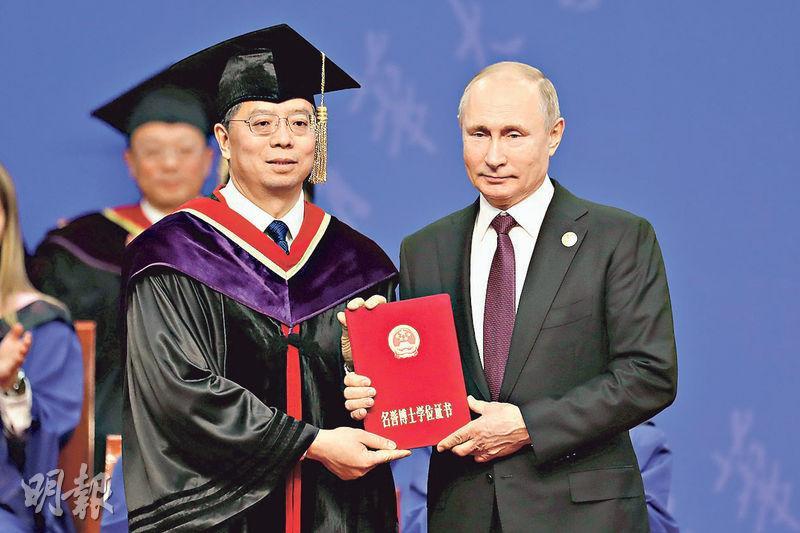 俄羅斯總統普京(右)昨獲北京清華大學頒授名譽博士學位。(路透社)