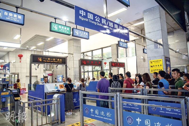 位於中國與越南邊境的廣西友誼關口岸現已設立「一帶一路」通道,為參與「帶路」建設工程、合作或相關活動的中外人員快捷辦理邊檢手續提供便利。(中新社)