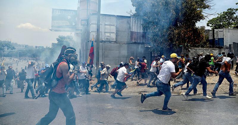 委內瑞拉「起義」  美推波助瀾  未拉倒馬杜羅  專家警告引爆內戰