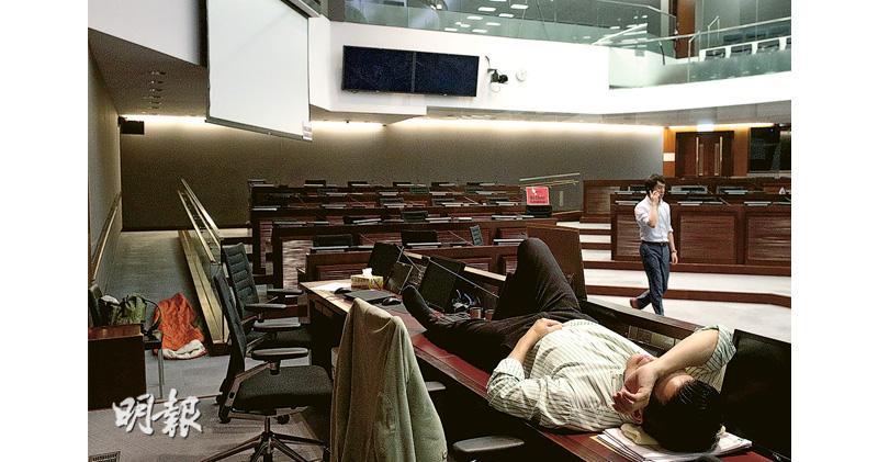 爭場開會 泛民通宵留守兩會議室 場外今兩陣營集會對峙 秘書處:按情况安排保安