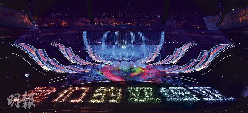 嘉年華在主題曲《我們的亞細亞》中拉開序幕,由中國交響樂團、中央歌劇院交響樂團及來自亞洲多國的樂手組成的亞洲聯合樂團合奏。(新華社)