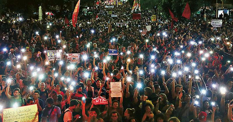 巴西15萬人上街抗議削教育經費 總統批示威者「白癡」「被利用」 火上澆油