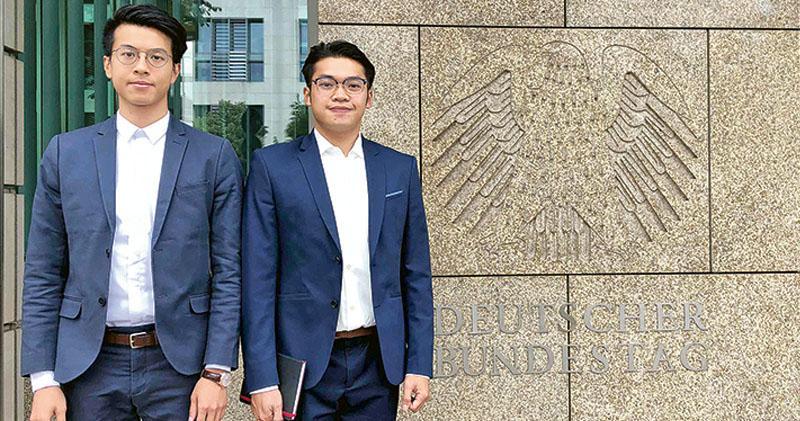 外媒報道,因參與旺角大衝突在香港被控暴動罪的本土民主前線黃台仰(左)和李東昇(右),去年5月獲德國批出難民身分。兩人去年6月在德國柏林聯邦議院外合照,他們向通訊社提供的照片於昨日發布。(法新社)