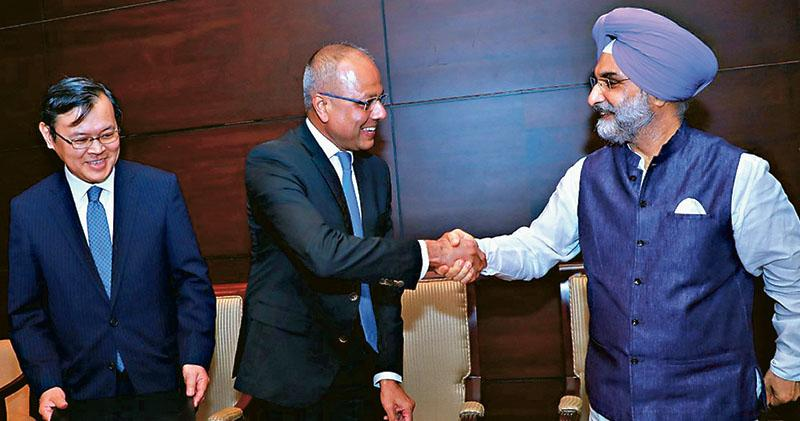 日本大使(左起)、斯里蘭卡港口、航運與南方發展部長拉特納亞克,以及印度大使,周二為東部貨櫃碼頭發展,簽署合作備忘錄。(網上圖片)