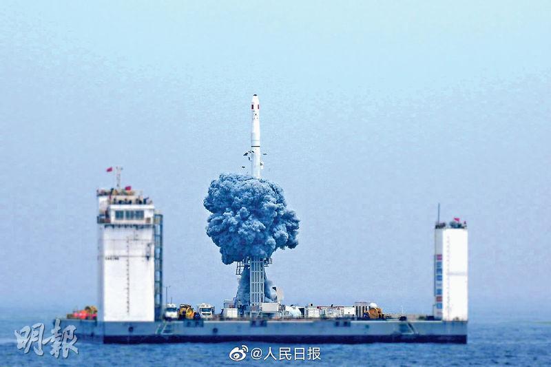 長征十一號火箭首次在海上發射平台昨以一箭七星的方式,將7個衛星成功送入軌道。圖為長征十一號火箭升空的瞬間。(網上圖片)