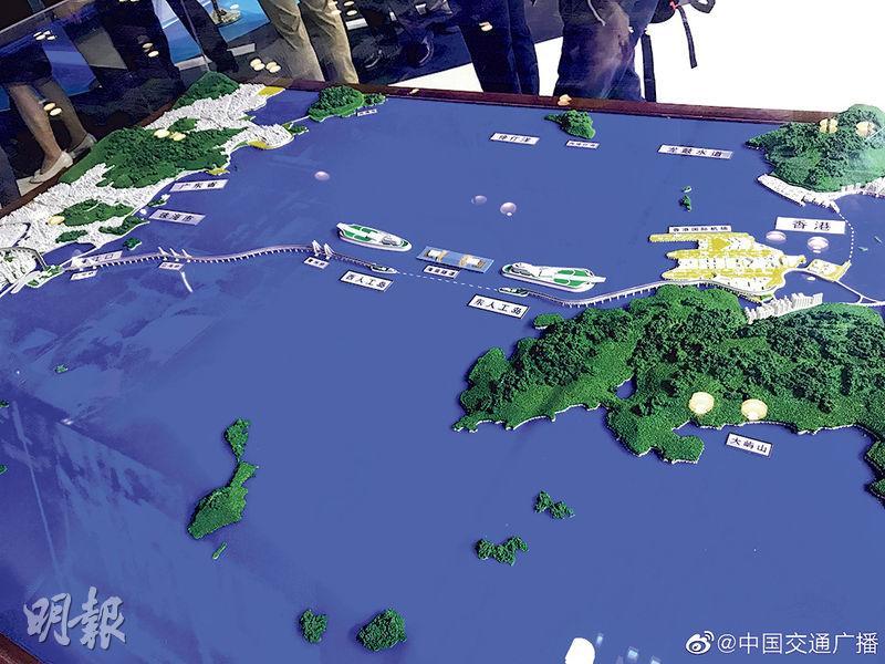 在北京舉行的世界交通運輸大會上,展示了港珠澳大橋連接香港的沙盤。(網上圖片)