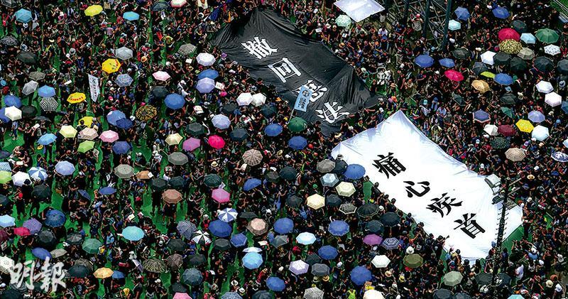 示威者叫下台 林鄭發稿道歉  黑衣白花 百萬人喊撤回 民陣稱近200萬人 警稱約33.8萬