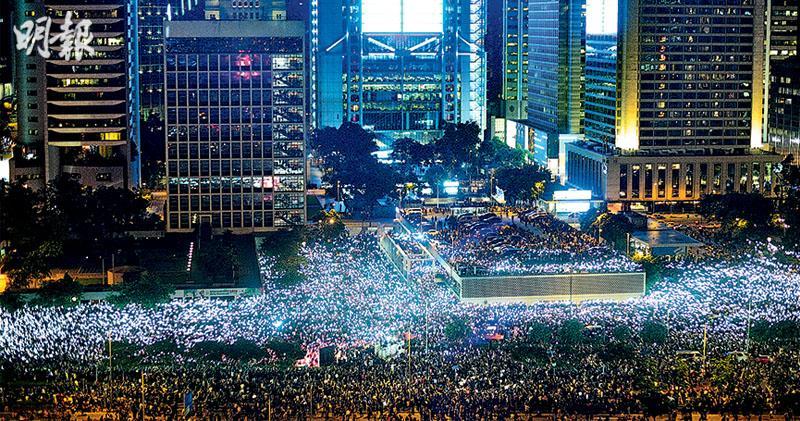 喚G20關注集會後 千人再圍警總 噴漆撬字擲蛋 警拉閘按兵不動