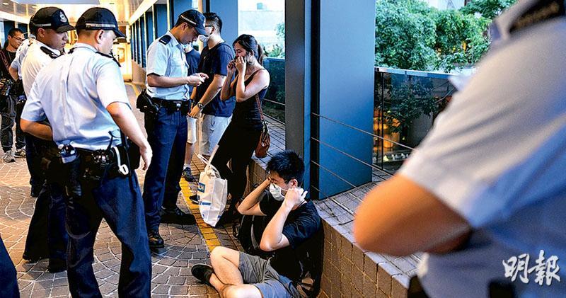 升旗不設公眾區 封路抗圍堵  政府籲嘉賓乘公共交通  港灣道唯一入口