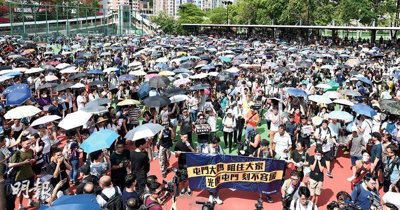 抗爭散社區 「光復屯公」爆衝突 警方噴椒 遊行者一度圍屯門警署