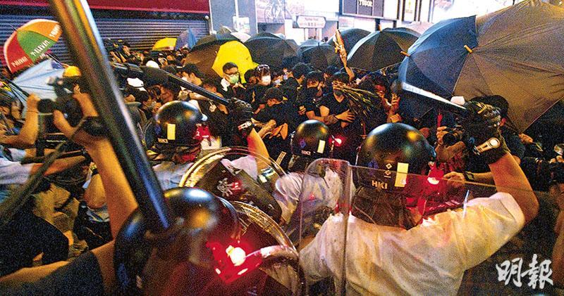示威者入夜不散沿彌敦道前行 防暴警驅散拘多人 遊行迫爆尖沙嘴 佔路再爆衝突