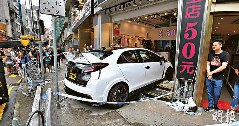 私家車撼舖11傷 醉司機被捕 一人捲車底重創 一度昏迷