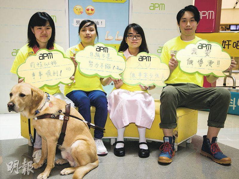 視障生導盲犬伴闖DSE試場 點字書沉重 如揹一包米上學