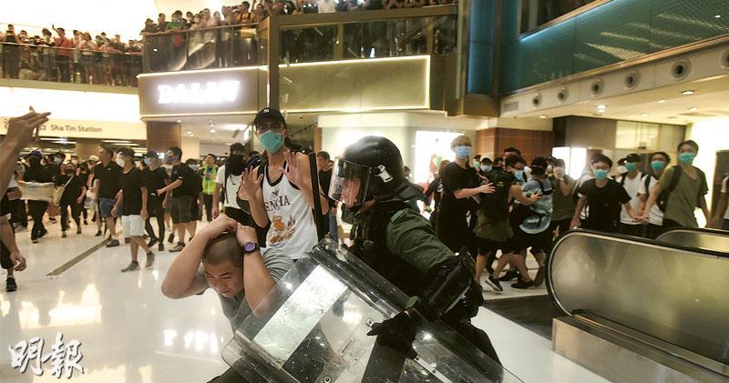 遊行後對峙 警多路圍堵 示威者擲雜物 新城市廣場警民混戰 拘37人