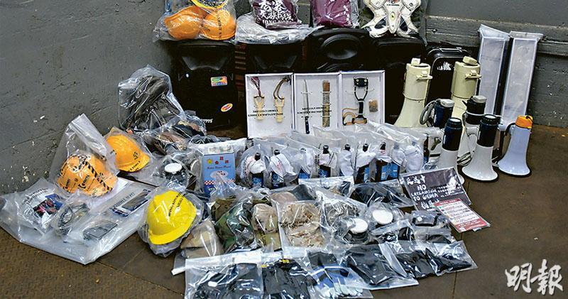 警方上周在荃灣工廈單位搗破一個懷疑武器庫,檢獲刀、彈叉等(圖),控方昨在庭上稱警方檢獲了1.5公斤懷疑TATP白色粉末、電油、鏹水及石膏粉等。(資料圖片)