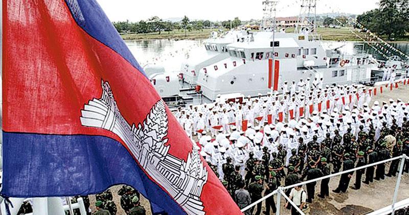 美媒稱,柬埔寨允許中國軍隊在西哈努克附近的雲壤海軍基地建立基地。圖為本月初,雲壤海軍基地的一次移交儀式上,柬埔寨海軍水手正在中國海軍巡邏艇前編隊。(網上圖片)