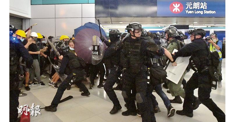 市民擲磚圍警車 警用催淚彈海綿彈 與示威者衝突7小時 警入元朗站棍扑人