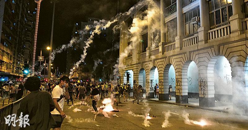 浸大生買「激光電筒」被捕  警稱「雷射槍」  被指藏攻擊性武器  市民不滿夜圍深水埗警署