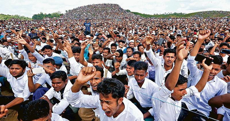 在孟加拉庫圖帕龍難民營,大批羅興亞難民昨集會紀念逃難兩周年。(路透社)