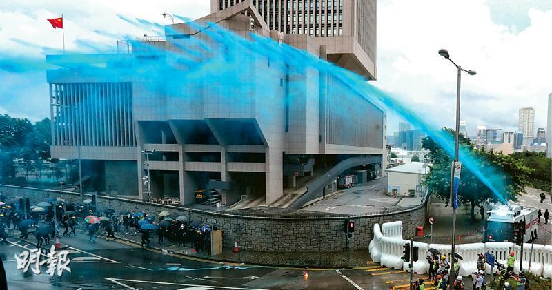 示威者6區縱火 水炮車首噴藍液 警維園兩槍示警 港鐵車廂圍捕棍打