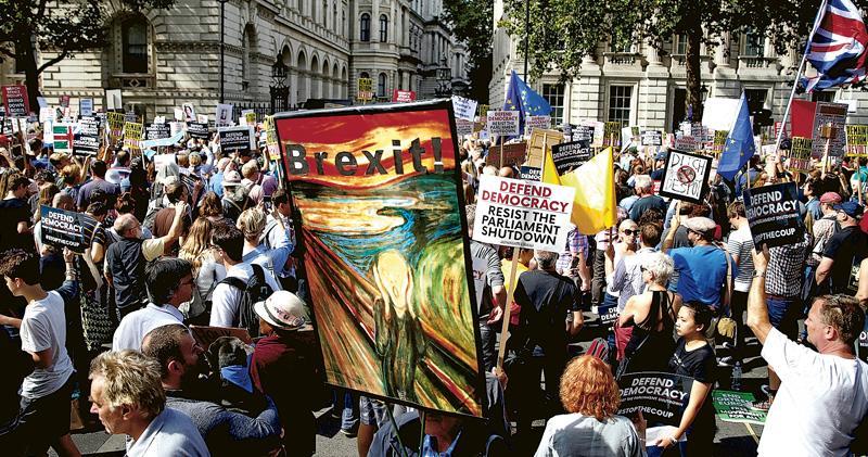 不滿約翰遜停國會 萬計民眾上街 撐民主反硬脫歐 英示威遍地開花