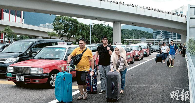堵路癱瘓交通 機場半晝孤島 旅客拖篋徒步 黑衣人鐵枝拋機鐵路軌