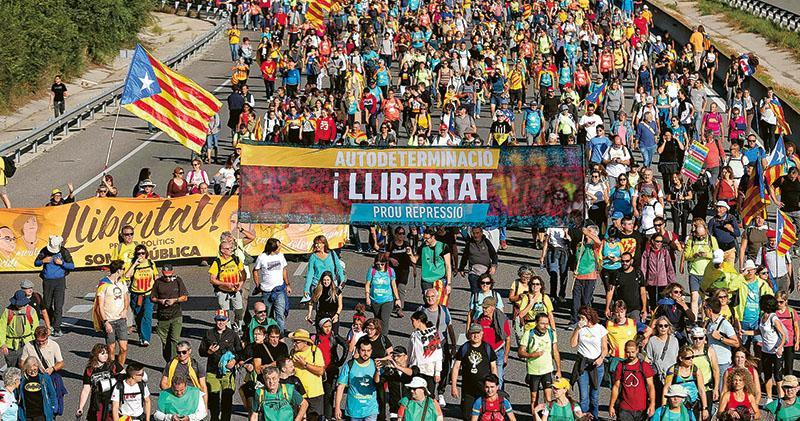 加泰抗爭推手「民主海嘯」浮面  民眾續示威徒步赴巴塞 中央政府誓揪主事人